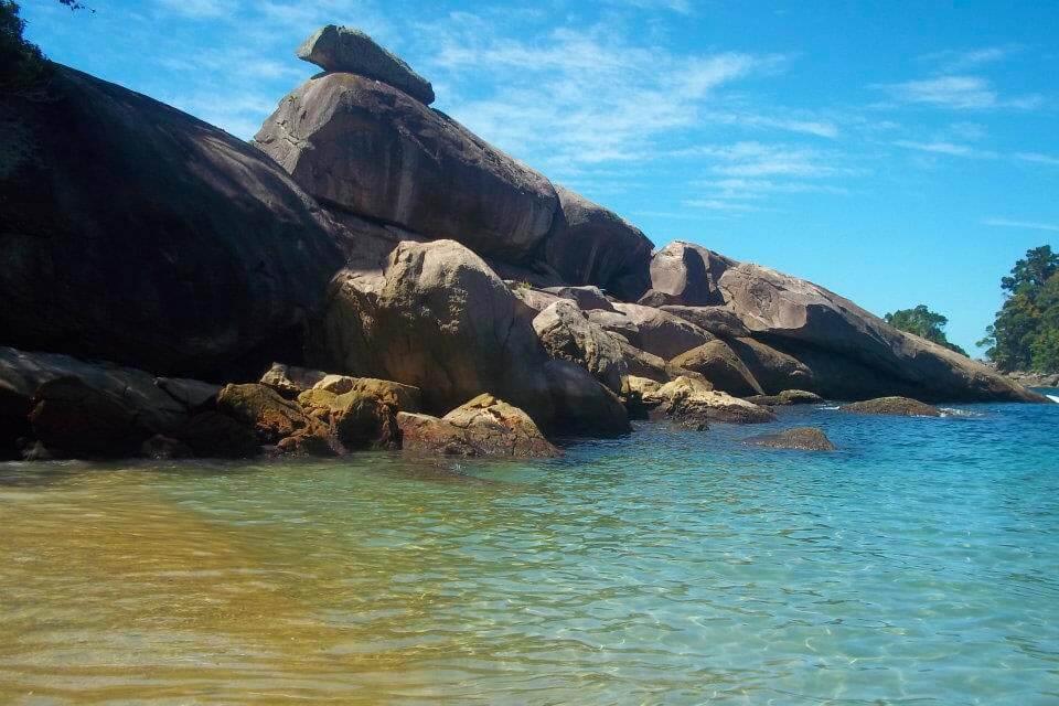 Praia do Caxadaço com seus rochedos que compõe a paisagem