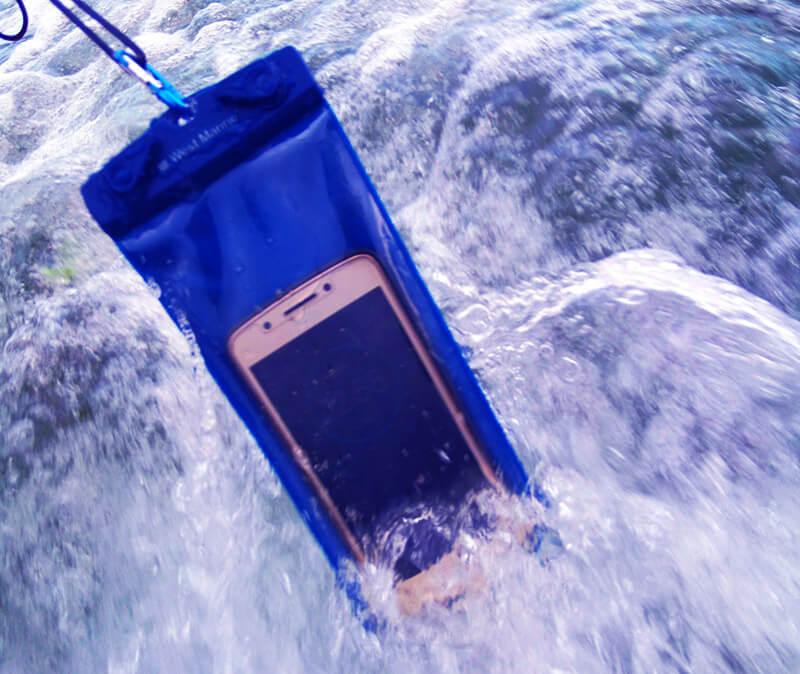 Saco estanque protege seu celular e entra na lista das 5 coisas legais para levar à praia