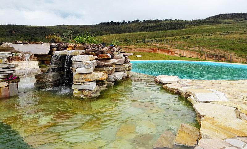 Fonte de pedras da piscina - ótima opção para relaxar após o passeio à Gruta de Sobradinho
